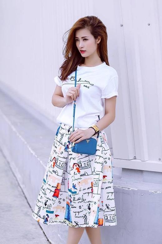 Đông Nhi lại gây ấn tượng khi phối chiếc áo cổ điển này cùng chân váy xòe có họa tiết lạ mắt.