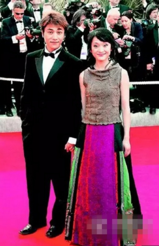 Xuất hiện bên Trần Khôn, Châu Tấn mặc váy màu sắc lòe loẹt.