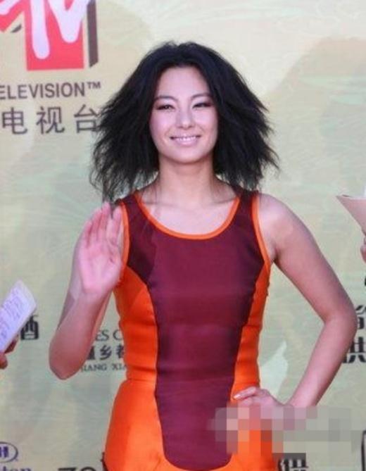 Trương Vũ Kỳ với phong cách sặc sỡ, tóc xù.