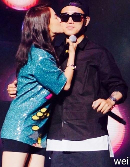 Vẻ mặt bất ngờ nhưng vô cùng hanh phúc của Gary khi bị Song Ji Hyo 'cưỡng hôn'.