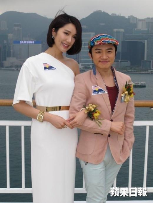 Tháng 11/2010, sau một năm quen nhau, Vương Tổ Lam công khai yêu người đẹpLý Á Nam- Hoa hậu Hoa kiều thế giới 2005. Ngay sau đó, trên mạng xã hội bắt đầu bàn tán xôn xao về vẻ bề ngoài không cân xứng của họ. Thế nhưng, bất chấp mọi lời dị nghị, Vương Tổ Lam và Lý Á Nam đã chứng tỏ tình yêu của mình bằng thời gian và sự quan tâm dành cho nhau. Dù kém sắc nhưng Vương Tổ Lam là một anh chàng tài năng xuất chúng, luôn làm tốt mọi vai trò từ diễn viên, ca sĩ, đến đạo diễn, biên kịch, MC. Đặc biệt, khả năng bắt chước người nổi tiếng không ai có thể qua mặt anh.