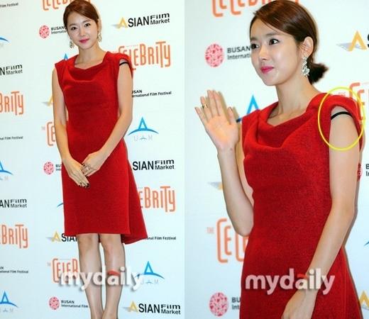 Dường như chính So Yi Hyun cũng không hề hay biết mình bị tuột dây áo trong khi nữ diễn viên vẫn tự tin tươi cười trước ống kính.