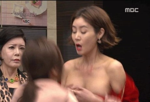 Nữ diễn viên Kim Sung Ryungđược biết đến qua vai diễn mẹ của Kim Tan trong The Heirs đình đám, cũng suýt rơi vào tình huống đỏ mặt nếu không nhanh tay giữ lại trang phục khi đang ghi hình cho đài MBC.