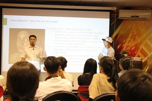 Anh Charlie Nguyễn và anh Thái Hòa phối hợp trình bày.
