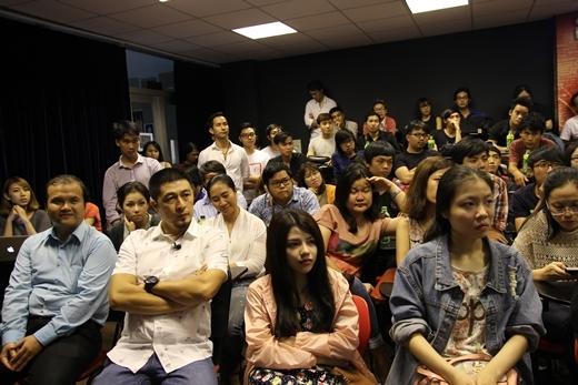 Mọi người tập trung lắng nghe phần chia sẻ của anh Thái Hòa và anh Hoàng Thạch.