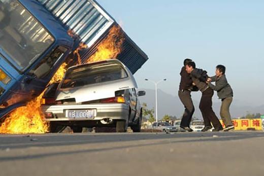 Chiếc xe chở dầu bùng cháy cùng những mạng người vô tội.