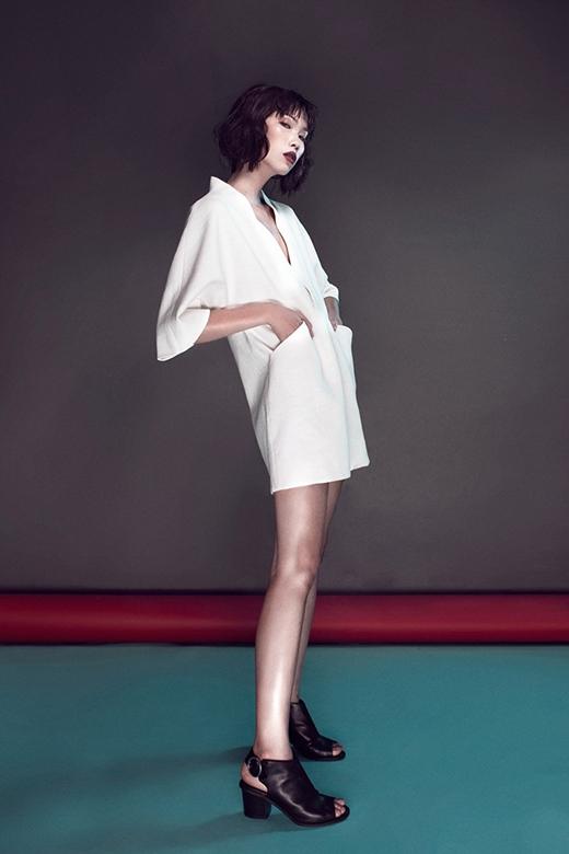 Chân dài 1m77 mang đến thiết kế váy suông được lấy phom từ kimono truyền thống của người Nhật Bản. Đây cũng là một trong những xu hướng thời trang lên ngôi trong mùa mốt 2015.