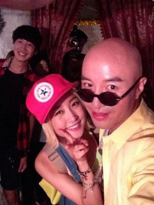 """Lần khác, khi đang chụp hình cùng nghệ sĩ đồng tính nổi tiếng Hàn Quốc, Nicole cũng bị """"làm phiền"""" bởi """"hoàng tử châu Á"""" Lee Kwang Soo."""