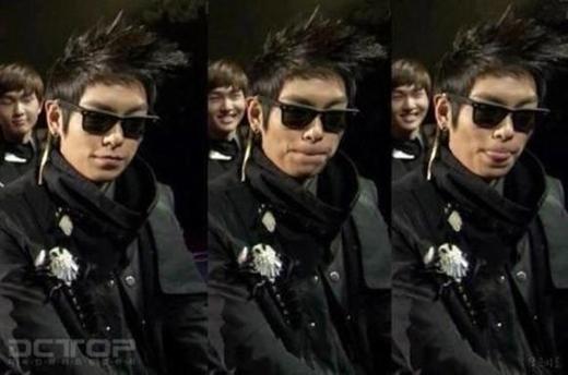 Dù là nhân vật phụ trong hình nhưng Onew (SHINee) vẫn kịp khoe nụ cười tỏa nắng quen thuộc sau lưng chàng rapper điển traiT.O.P (Big Bang).