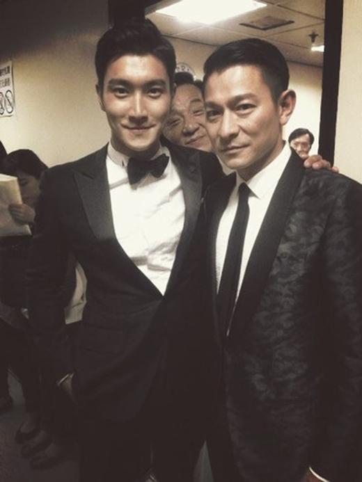 """Trong khi Siwon (Super Junior) cùng Lưu Đức Hoa tạo dáng nghiêm túc đầy cuốn hút thì Thành Long lại """"phụ họa"""" với gương mặt cười vô cùng phúc hậu."""