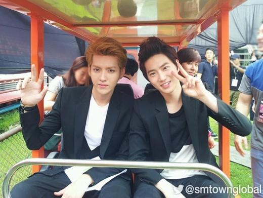 Mĩ nam Yunho (DBSK) cũng mỉm cười hiền lành trong bức ảnh chụp ké hai đàn em Kris và Suho (EXO).