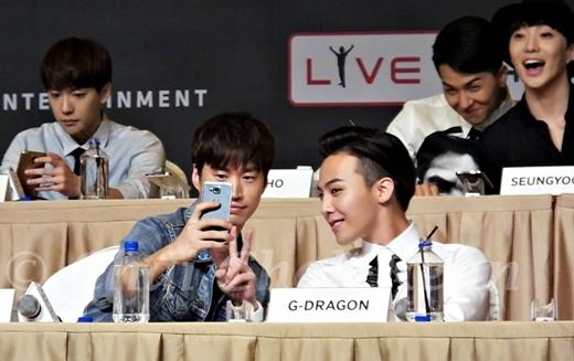 """Hai thành viên tinh nghịch của Winner cũng tranh thủ để góp mặt trong khung hình """"tự sướng"""" của Tablo và G-Draogon."""
