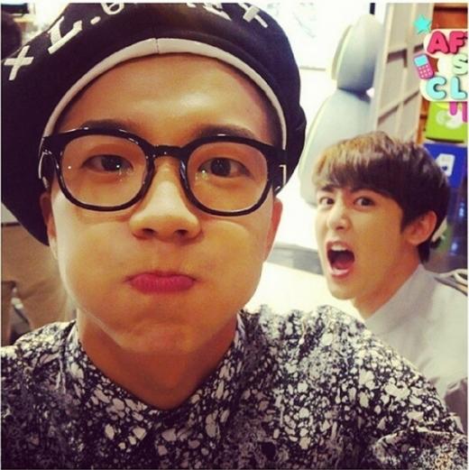 Nichkhun không bỏ lỡ cơ hội xuất hiện cùng khung hình với cậu bạn cùng nhóm, Wooyoung.