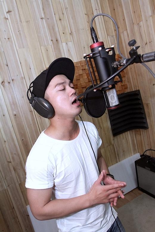 Các ca sĩ trẻ Đinh Mạnh Ninh, Kimmese, Hồng Dương lần đầu thử sức với nhạc cách mạng rất hào hứng và nỗ lực mang sức trẻ vào trong các bản nhạc đã đi cùng năm tháng. - Tin sao Viet - Tin tuc sao Viet - Scandal sao Viet - Tin tuc cua Sao - Tin cua Sao