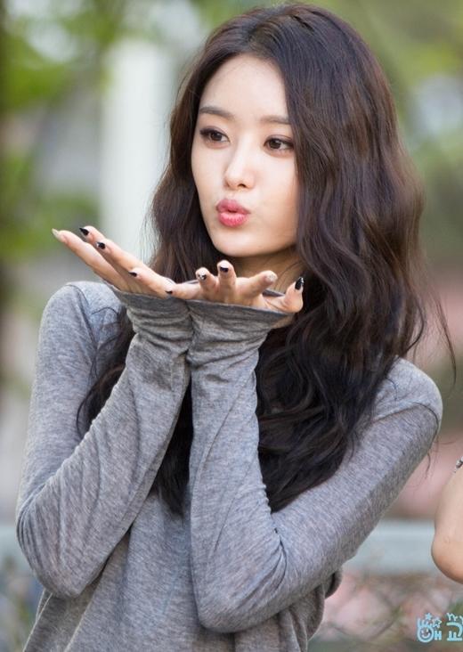 Cân nặng củaSong Jieun (Secret)đã giảm thấy rõ khi gương mặt cô thon gọn hơn hẳn. Đồng thời, nhiều nét khác lạ trên mặt của nữ ca sĩ khiến cư dân mạng nghi ngờ cô nàng đã nhờ đến 'dao kéo' để có thể sở hữu nhan sắc như hiện nay.
