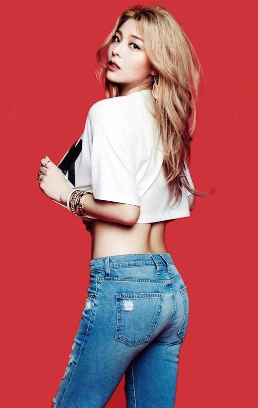 """Khi mới ra mắt, Ailee không chỉ thu hút sự chú ý với giọng hát đầy nội lực mà còn nổi tiếng với thân hình khá tròn trịa. Côtừng gây sốc với kỉ lục giảm 10kg trong vòng một tháng nhờ thực đơn """"rùng mình"""": một trái chuối, ức gà và nhiều loại rau củ cho một ngày dài."""
