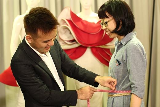 Nhà thiết kế Lê Thanh Hòa hào hứng thiết kế cho Mỹ Ngân một bộ đầm phù hợp với tính cách, nghề nghiệp và dáng người của cô.