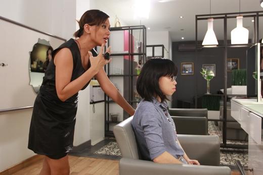 Nhà mẫu tóc Sandrine Nguyễn tạo cho Mỹ Ngân một kiểu tóc mới hiện đại và màu sắc hơn.