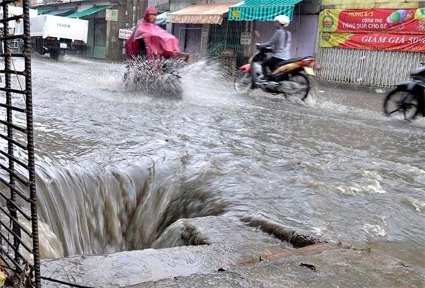 Nước tại các miệng cống chảy rất dữ dội.