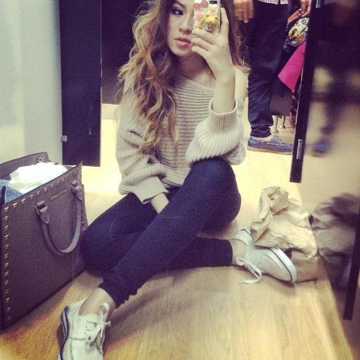 Cô nàng có phong cách thời trang trẻ trung, năng động nhưng cũng cực kì quyến rũ.