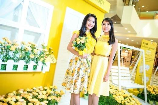 Và không ít trong đó là những cô nàng quen thuộc. Trong ảnh bên trái là Thu An, hot girl trường Minh Khai, cũng là Á Quân Viet Fashion Icon 2014. An đi cùng cô bạn thân là Xuân Quỳnh, thí sinh Top 20 cuộc thi Nữ Sinh Áo Dài.