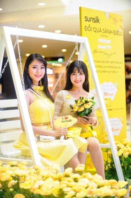 Chân Phương (phải), nữ sinh trường THPT Gia Định.