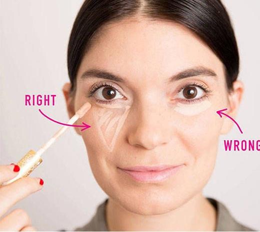 3. Mọi người thường có thói quen thoa che khuyết điểm ở quầng mắt theo chiều từ giữa tán đều ra hai bên, nhưng đó hoàn toàn là phương pháp sai lầm. Cách trang điểm chính xác là bạn thoa che khuyết điểm theo hình tam giác như trong hình (bên trái).