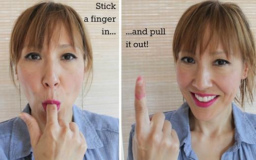 5. Sau khi thoa son, bạn có thể ngậm nhẹ vào một vật gì đó hình trụ như ngón tay chẳng hạn, để tránh trường hợp son dính vào răng.
