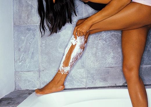 7. Khi cạo lông chân, nếu chưa kịp mua gel cạo, bạn có thể tận dụng luôn sữa tắm vì loại mỹ phẩm này có độ dưỡng ẩm khá cao, tạo cảm giác da mềm mịn, đỡ bị rát.