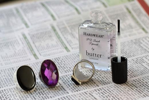 10. Nếu mặt trong của nhẫn hay phụ kiện của bạn bị ố màu, bạn có thể dùng dung dịch tẩy móng tay để làm sạch.