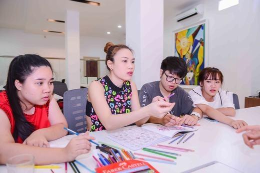 Bốn thầy trò thảo luận sôi nổi về việc chọn lựa màu sắc sao cho có được bức tranh ưng ý nhất - Tin sao Viet - Tin tuc sao Viet - Scandal sao Viet - Tin tuc cua Sao - Tin cua Sao