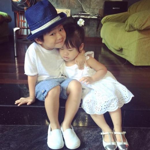 Biểu cảm cực đáng yêu của anh trai Rio khi ôm em gái. - Tin sao Viet - Tin tuc sao Viet - Scandal sao Viet - Tin tuc cua Sao - Tin cua Sao