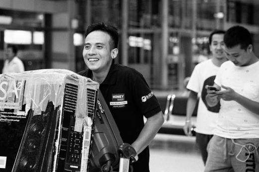 Hải Bột và band mới của mình - Hòa Bình Bros đáp chuyến bay từ Sài Gòn ra Hà Nội biểu diễn. - Tin sao Viet - Tin tuc sao Viet - Scandal sao Viet - Tin tuc cua Sao - Tin cua Sao