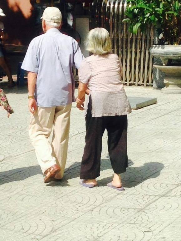 Hai ông bà cụ tình cảm dắt nhau đi khám bệnh.