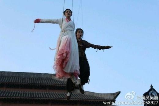 Khoảnh khắc khi Tiểu Long Nữ (Trần Nghiên Hy) hướng dẫn Quá Nhi thời nhỏ bay lượn cùng dây cáp treo.