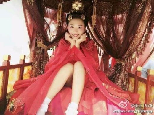 Công chúa cổ trang khoe chân thon dài. 'Trư muội' Trần Kiều Ân làm mặt xấu sau ống kính. Viên San Sankhá bình thản khi bị đồng nghiệp trêu ghẹo.