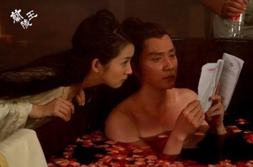 Phim trường Lan Lăng Vương, Lâm Y Thần chăm chú đọc kịch bản cùng Phùng Thiệu Phong, dù lúc này anh đang trong bồn tắm.