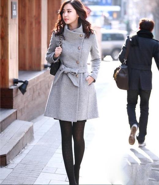 Tùy vào từng vùng khí hậu mà thời trang cũng được biến tấu cho phù hợp. Chiếc áo măng tô thịnh hành trong mùa Thu - Đông với dáng dài đặc trưng cũng được làm ngắn cho phù hợp với cảm quan thẩm mĩ của người Việt Nam.