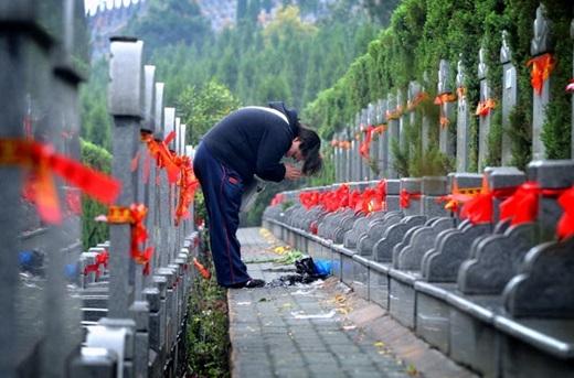 Tảo mộ vào dịp Tết Thanh Minh ở Trung Quốc.