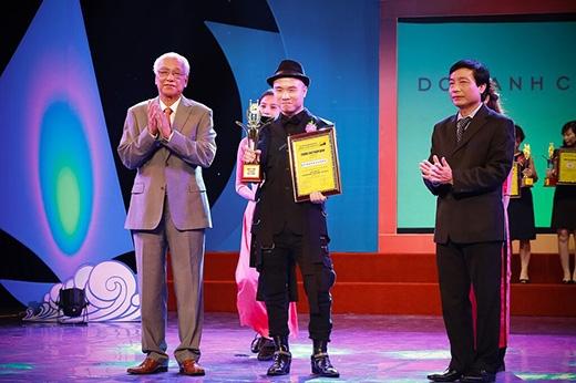 Nhà thiết kế Đỗ Mạnh Cường trong giây phút nhận giải thưởng danh giá.