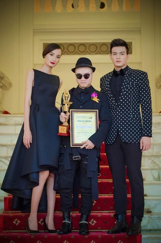 Tháp tùng cùng Đỗ Mạnh Cường đến với sự kiện này là hai học trò cưng: Lê Thúy và Lê Xuân Tiền - chàng thơ mới được nhà thiết kếgiới thiệu cách đây không lâu.