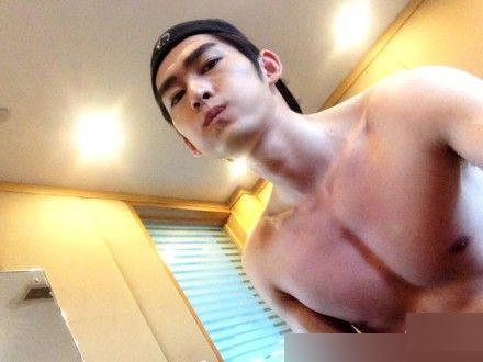 Trương Hàn thuộc mẫu đàn ông mặc áo thì gầy nhưng cởi ra lại đầy cơ bắp. Thậm chí nhiều cô gái còn nói đùa vòng một của anh lớn hơn họ rất nhiều.