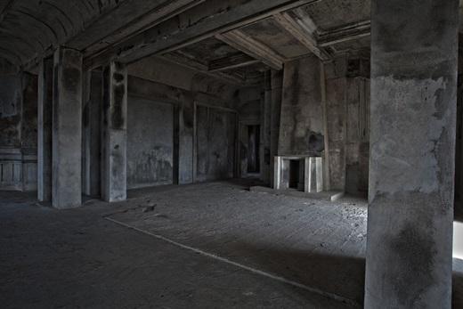 900 người dânCampuchiađã bỏ mạng vì sự hà khắc trong quá trình thi công khách sạn này.