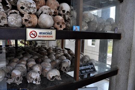 Một chiếc tủ lưu giữ hộp sọ của các nạn nhân.
