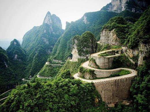 Người Trung Quốc gọi quốc lộ này là 'Đường đến thiên đàng'. Con đường này cótên thật làBig Gate,đã tạo nên một nét độc đáo rất riêng với chiều cao khá ấn tượng so với mặt nước biển, cũng như nhiều góc cua, uốn lượn nguy hiểm.