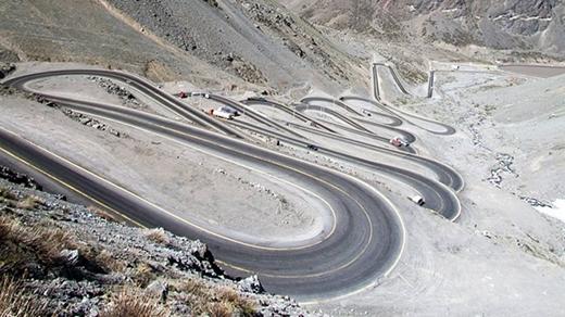 Đường Los Corales(Chi-lê)nối liền Chi-lêvàArgentinachạy trên một ngọn đồi dốc đứng, có nhiều bậc và khúc cua. Do đó, nó được mệnh danh là một trong những con đường khó đi nhất thế giới.