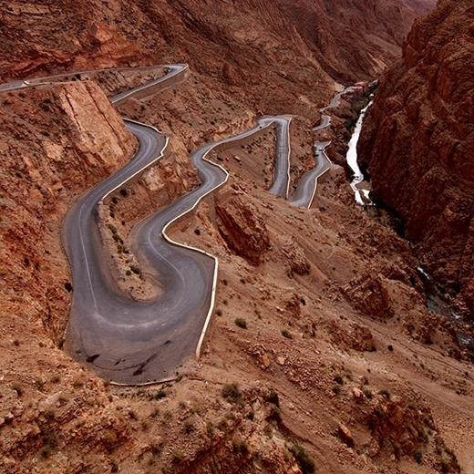 Đường Dades Gorges, Ma-rốc-côvốnnổi tiếng với các khúc cua chết người.