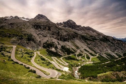 Đường đèo Stelvio, Ý được xem làcon đường quanh co nhất ở châu Âu.