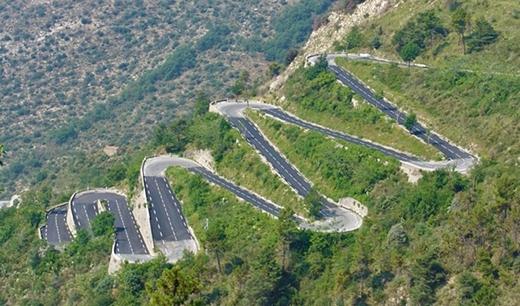 Col de Turini là con đường chạy qua đèo Alpine đến miền Nam nước Pháp, nằm ở độ cao khoảng 1,2 km so với mực nước biển.