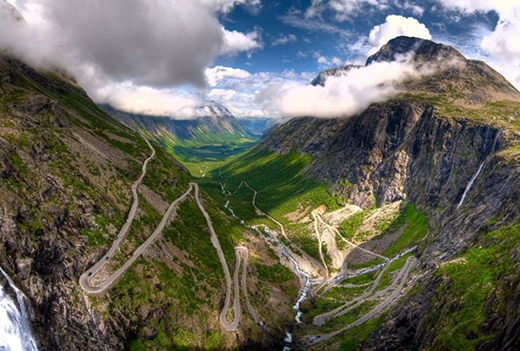 Con đường nối liền giữa các đỉnh núi trong khu vực Vestlann - Na Uylà một trong những điểm nổi tiếng nhất ở phía tây nam của đất nước này. Tuyến đường có chiều dài 106km, hẹp, có 11 khúc cua gấp. Ở một số điểm, chiều rộng của đường không vượt quá 3,3m.